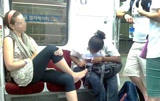 foreigner-manicure-girl-on-seoul-subway-1